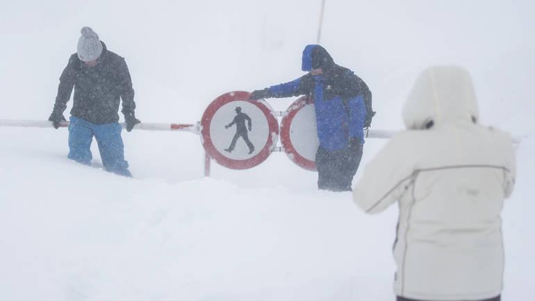 (видео) СНЕЖНА МЕЌАВА ЈА ЗАВЕА ЕВРОПА: Во Австрија и Германија се очекува и до 3 метри снег