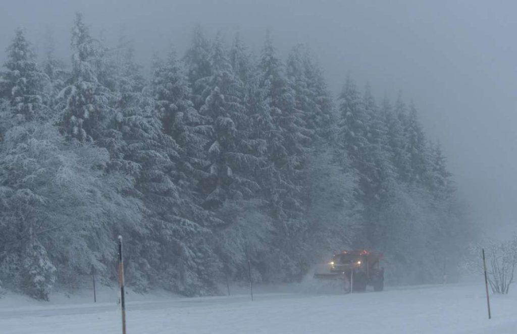 СНЕЖНА БУРА ВО ЕВРОПА: Во Австрија вчера наврна снег колку просечно за цел јануари
