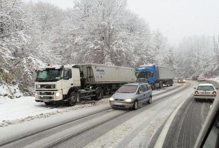 Обилни врнежи од снег: Забрана за камиони меѓу Маврово и Дебар