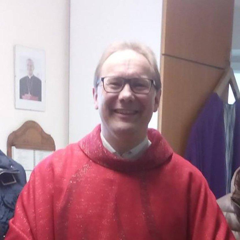Свештеник од Германија на оригинален начин ги привлекува машките верници да дојдат во црква (ФОТО)