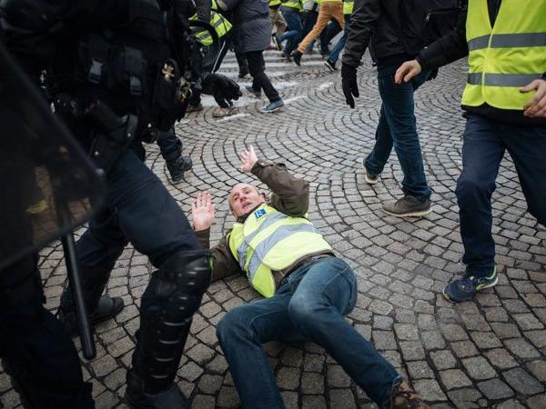 """Деведесет уапсени лица, 7 500 полицајци против """"жолтите елеци"""""""