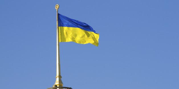 Украина го суспендира авионскиот и железнички сообраќај со странство