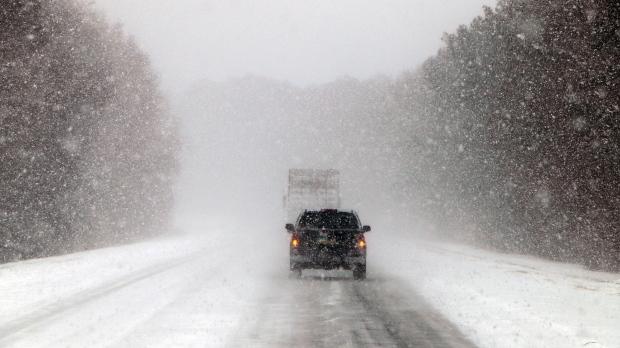 ИНТЕНЗИВЕН СНЕГ: Забрана за сообраќај за тешки товарни возила на патот Маврово-Дебар и Гостивар-Стража-Кичево