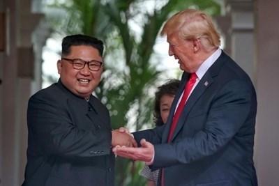 Сандерс: Ким му се допаѓа на Трамп и затоа ќе нема нови санкции кон Пјонгјанг