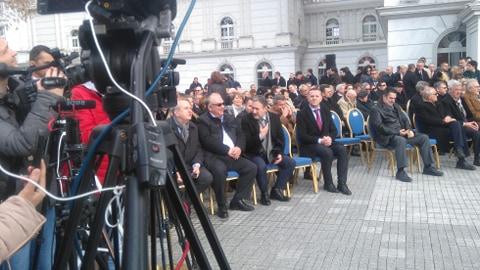 ЦЕРЕМОНИЈА ПРЕД ВЛАДАТА: Столчето за Бранко Црвенковски остана празно на дигањето на знамето на НАТО
