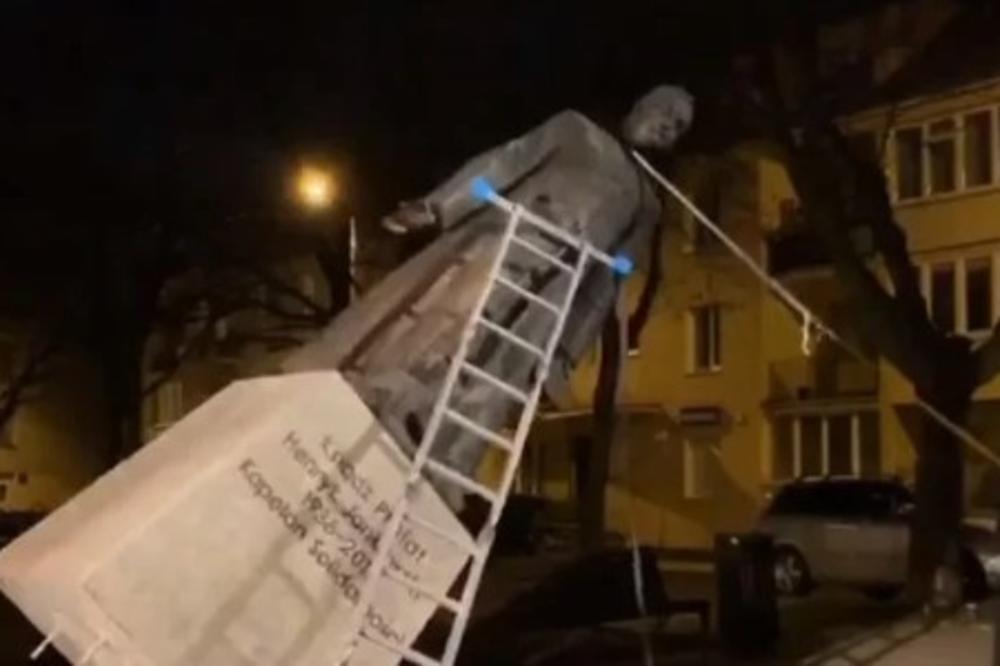 (видео) Полска: Активисти во Гдањск ја урнаа статуата на свештеник обвинет за педофилија
