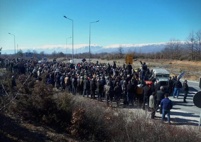 ПРОТЕСТ НА ПРЕСПАНСКИТЕ ОВОШТАРИ: Блокиран патот меѓу Битола и Ресен кај Макази