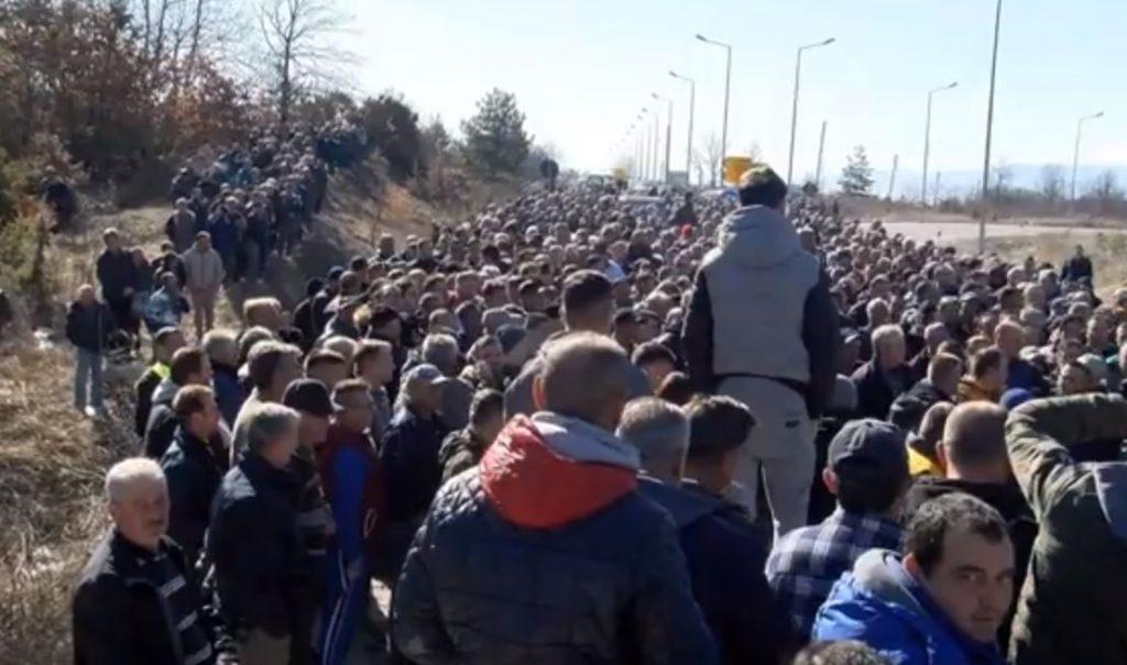 ВМРО-ДПМНЕ: Заев, Николовски и СДСМ ги понижија земјоделците, скапуваат 60.000 тони јаболка во Преспа