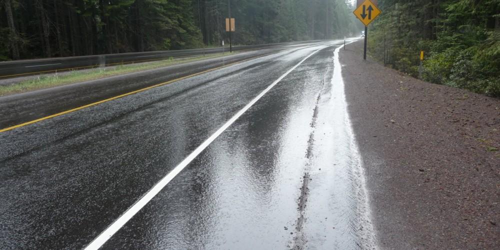 Сообраќај: Слаб снег на Попова Шапка и местимично влажни коловози