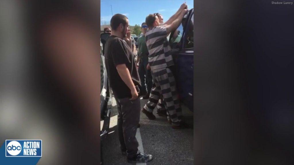 (ВИДЕО) Затвореници ги искористија своите таленти за да спасат дете од заклучен автомобил