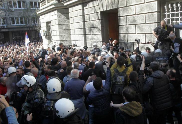 Вучиќ замина од опколената зграда на Претседателството