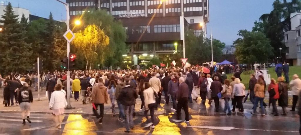 (видео) ИДЕНТИЧНИ ШАРЕНИ РЕВОЛУЦИИ: Пред четири години демонстрантите во Скопје бараа слобода пред МРТ, а вчера во Белград пред РТС