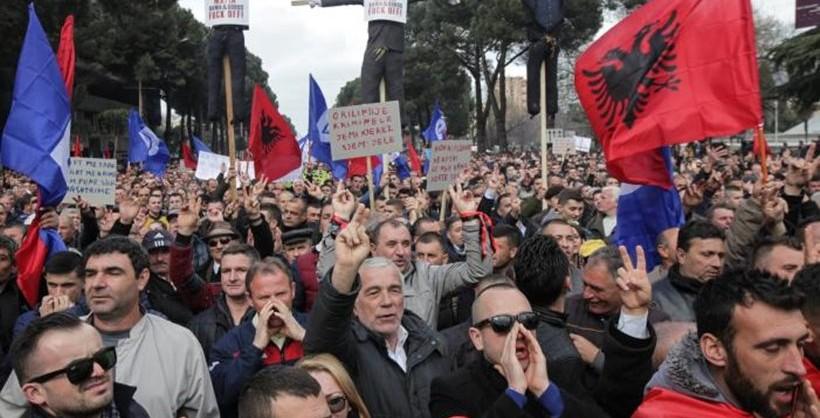 Албанската опозиција со камења бара ослободување на уапсените демонстранти