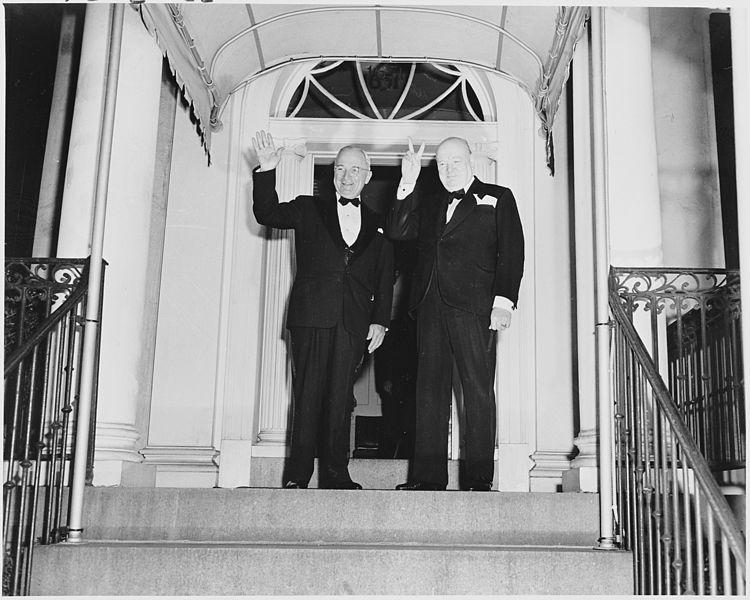Черчил шетал во Белата куќа со пура и наметка – репортажа од гостинската куќа на претседателот на САД