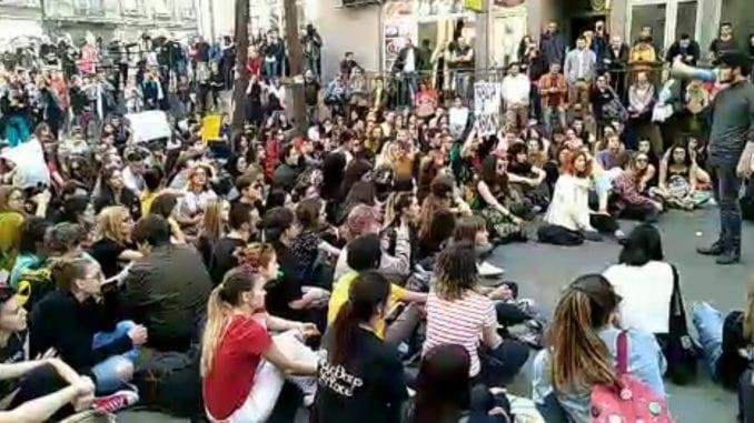 """И СРПСКАТА """"ШАРЕНА"""" ГИ ВКЛУЧИ СРЕДНОШКОЛЦИТЕ: Протестот на гимназијалците заврши со услов до власта"""