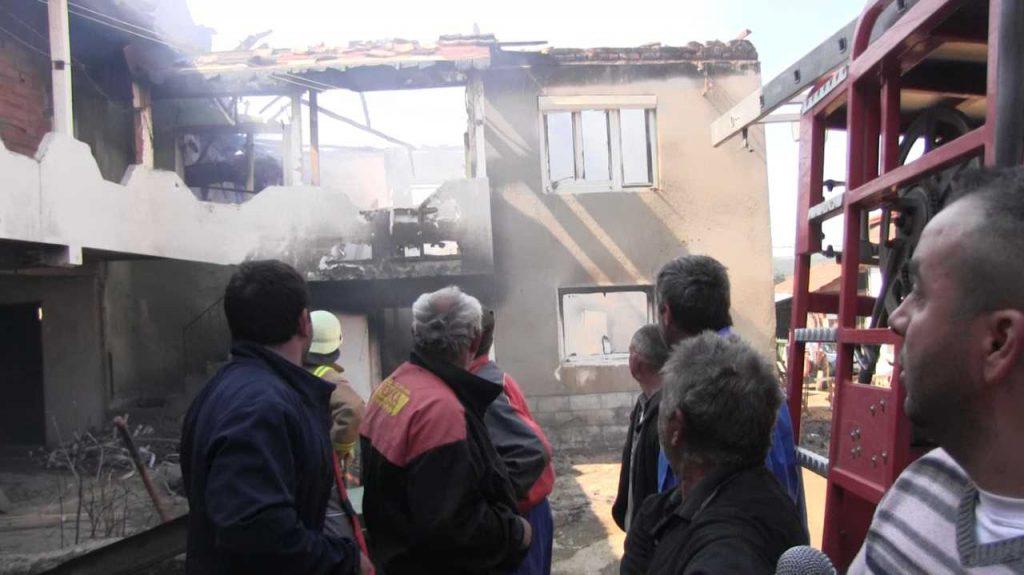 ПОЖАР ВО БЕРОВСКО: Без покрив остана 12-члено семејство од Русиново, на кое му изгоре куќата