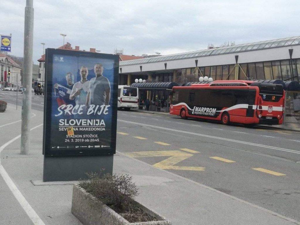 """ФУДБАЛ СЛОВЕНИЈА-МАКЕДОНИЈА: Македонец низ цел Марибор ја покрил """"Северна"""" на рекламните паноа"""