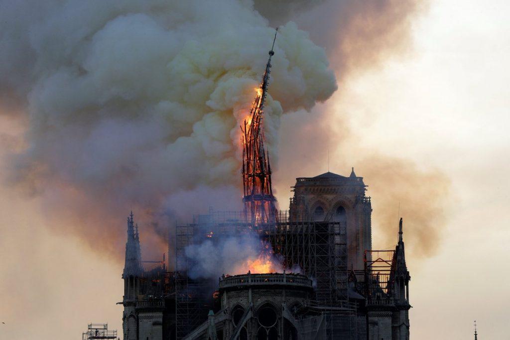 (ВИДЕО) Моментот кога се урива кулата на Нотр-Дам