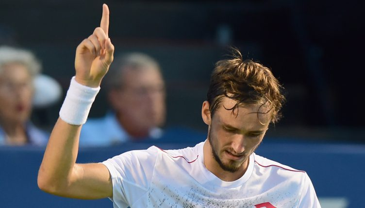 Тенис: Mедведев за прв пат го победи Надал и се пласираше во финалето на АТП-завршниот турнир