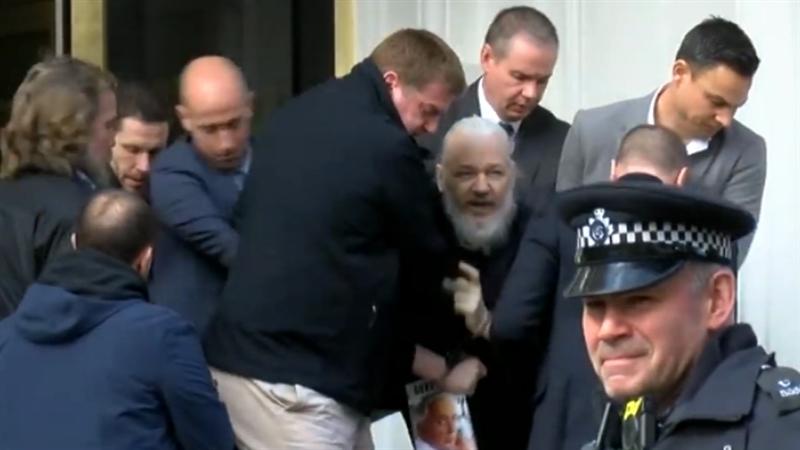 """ГАРДИЈАН: Асанж ќе остане во затвор зашто имал """"историја на бегање од законот"""""""