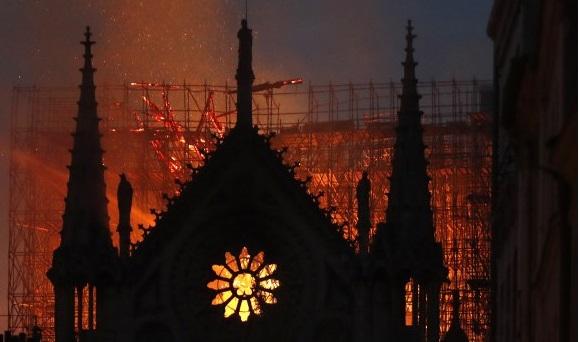 """Пожарникарите не се сигурни дека  можат да го изгаснат пожарот во Нотр Дам:""""Следниот час ќе биде пресуден"""""""