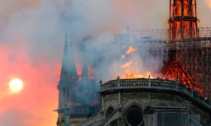 """Од пожарот целосно се урна покривот на Нотр Дам: """"Ништо нема да остане"""" (видео)"""
