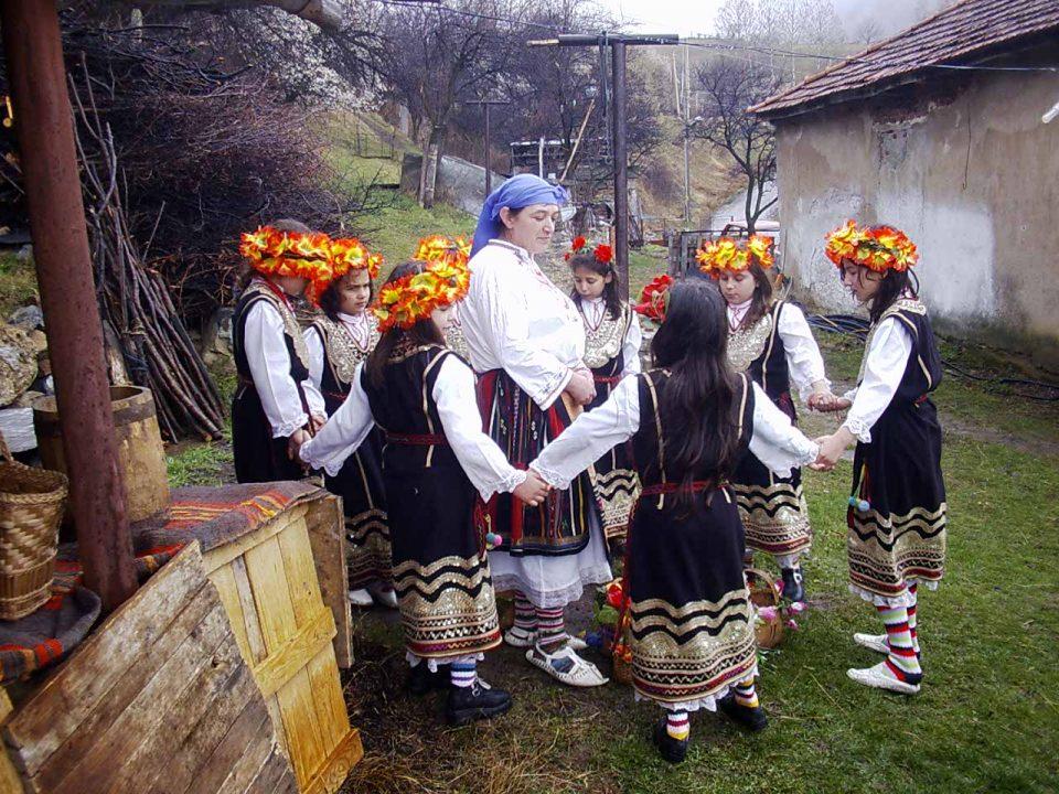 Прекината традиција во Дебар: Првпат годинава лазарките не ги развеселија православните домови