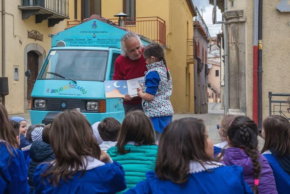 Пензиониран учител со камион- библиотека ја буди љубовта кон книгите кај децата (ВИДЕО)
