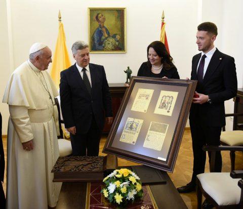 КАБИНЕТ НА ПРЕТСЕДАТЕЛОТ: Иванов на папата му подари албум за милениумската христијанска историја, традиција и уметност во Македонија