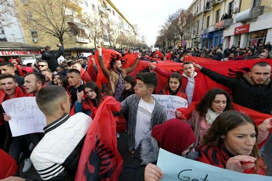 Протест во Албанија: На студентите во Тирана им се приклучија и рудари