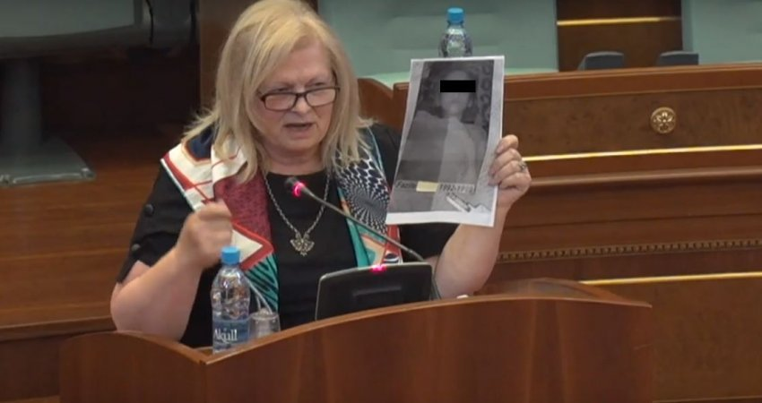 Фљора Бровина во косовското собрание прикажа фотографии од жена силувана од српките сили