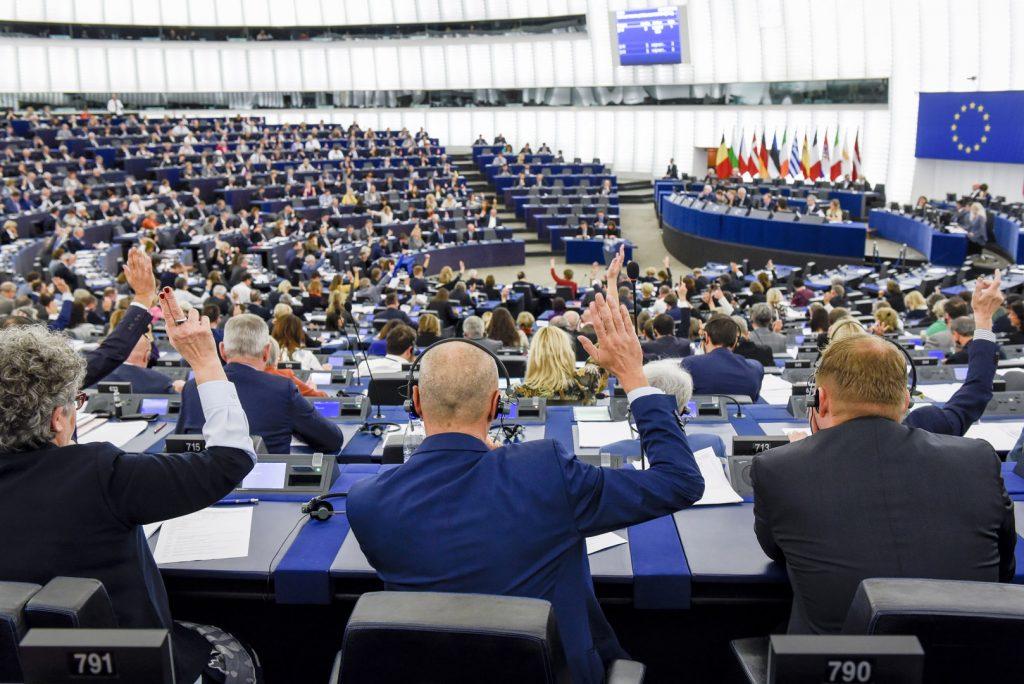 СКАНДАЛ ВО ЕВРОПАРЛАМЕНТОТ: Пратеници од Велика Британија и од Полска и свртеа грб на химната на ЕУ, а други демонстративно седеа
