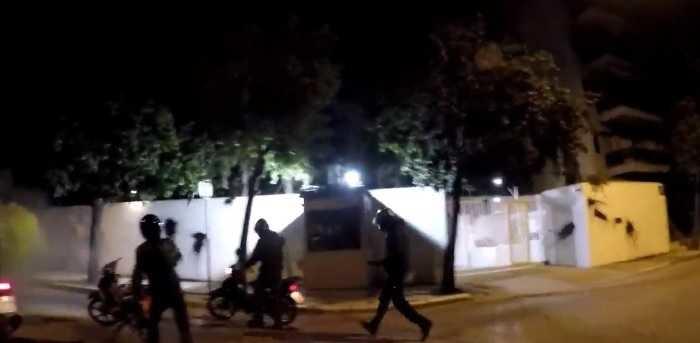 ШАРЕНА РЕВОЛУЦИЈА ВО АТИНА: Рубикон со боја ја нападна резиденцијата на амбасадорот на САД