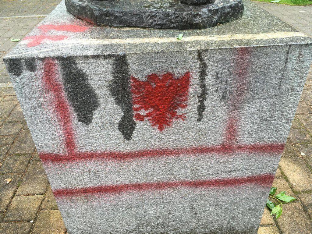 СЛОВЕНЦИТЕ ШОКИРАНИ: На споменик на поет во Шоштањ нацртано албанското знаме