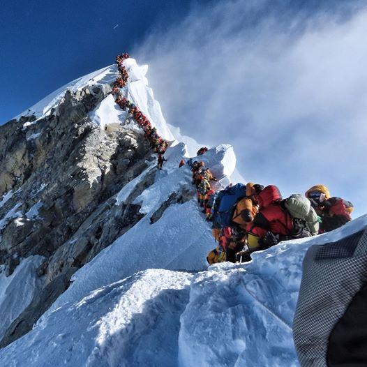 (фото) ГУЖВА НА МОНТ ЕВЕРЕСТ: Алпинистите одвај се разминуваат, за една недела загинаа 7, а лани цела година 5