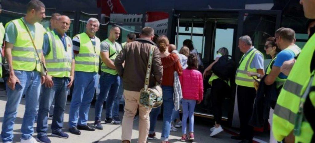Франција: Со специјален авион во Тирана депортирани 50 Албанци