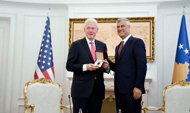 Клинтон одликуван со Орденот на слободата на Косово