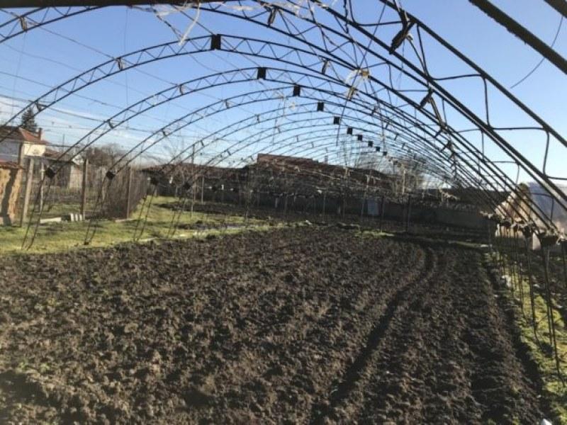 Сопствениците на оранжерии на државно земјиште, добија можност да го купат земјиштето