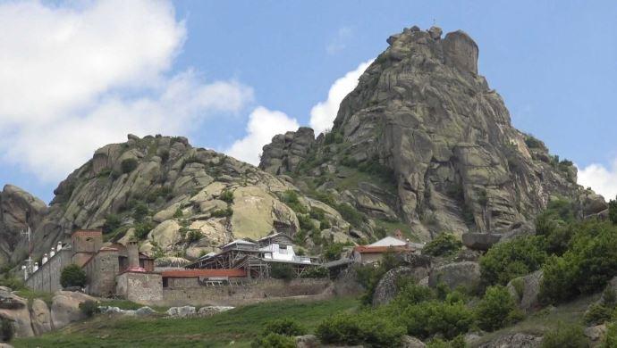 ПЕТ ГОДИНИ ПО ПОЖАРОТ: Единствен жител на манастирот Трескавец е отец Калист, но гости има секој ден