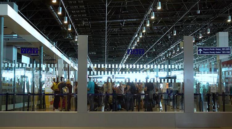 ИЗВИСЕНИ НА СКОПСКИОТ АЕРОДРОМ: Македонски туристи од ноќеска чекаат да полетаат во Египет