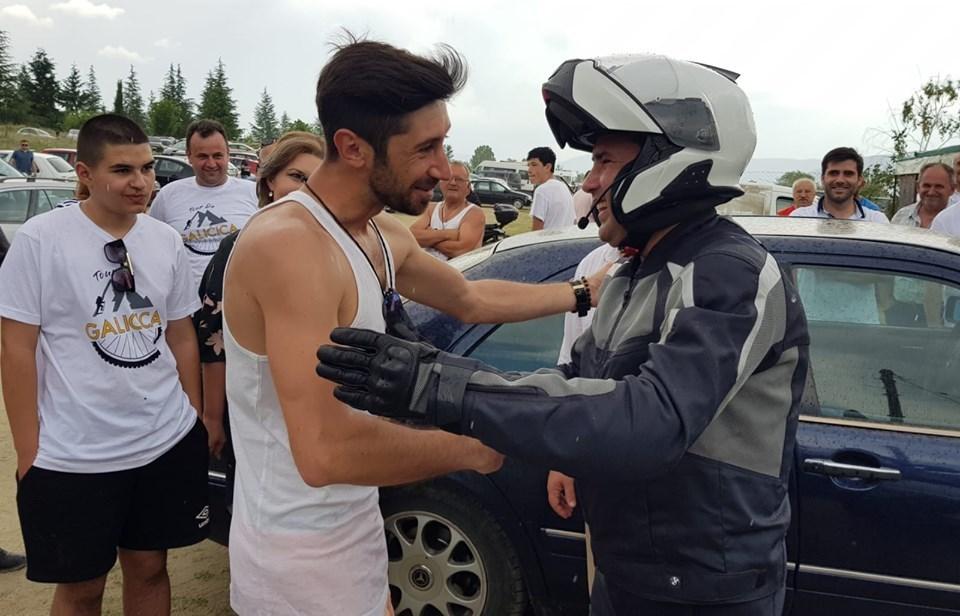 (видео) И ДА ВРНЕ И ДА ВЕЕ: Заев со моторот од Дупени бич замина на ЦО на СДСМ во Охрид