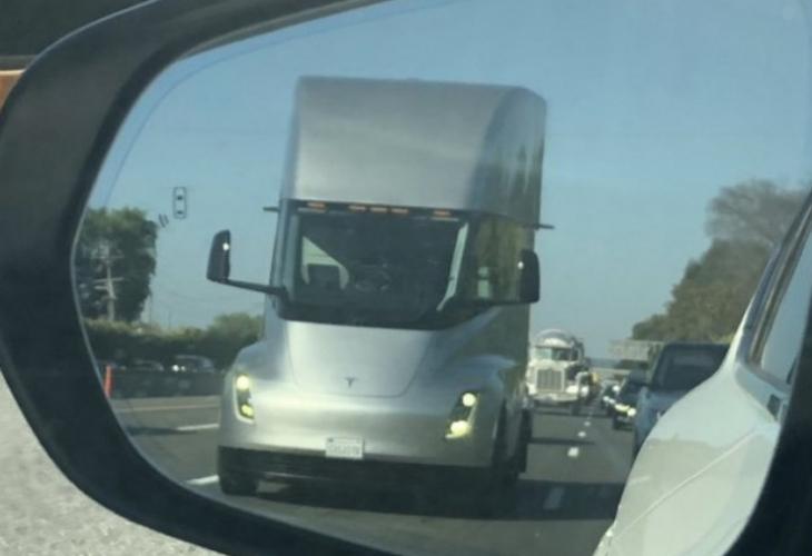 """На автопат во Калифорнија: Тесла камион снимен со """"автошофер"""" и без возач"""