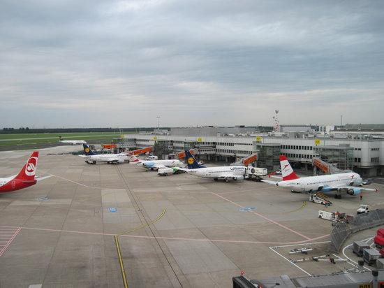 Аеродром во Дизелдорф: Патниците полетаа, заглавија 2.500 куфери