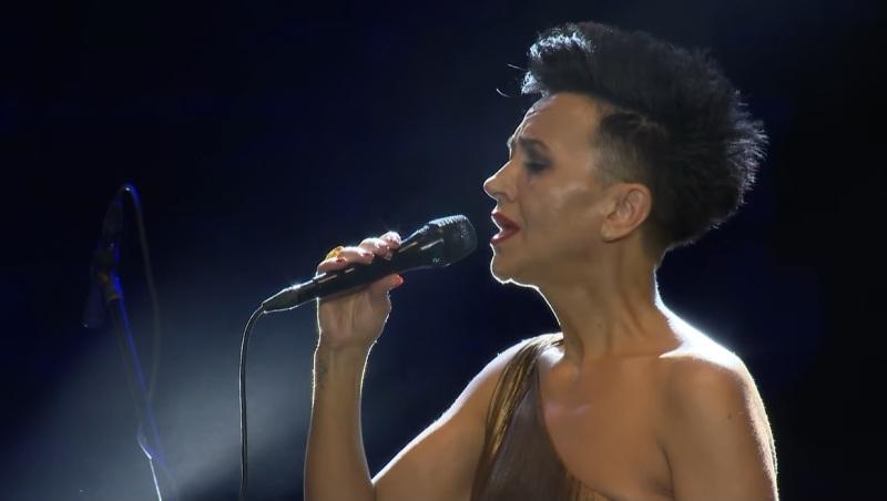 """(видео) ВО АРЕНА ВО ПУЛА: Врвната вокалистка Медунјанин ја пее """"Ја излези Ѓурѓо"""""""