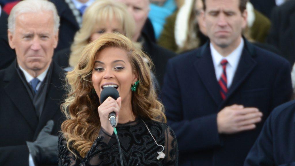 """(ВИДЕО) Бјонсе ја пее американската химна на инагуарацијата на Обама: Би ја оправдувал ли некој ако """"ненамерно згрешеше""""?"""