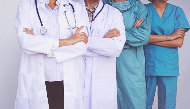 Франција ќе им ја намали платата и привремено ќе ги суспензира невакцинираните лекари