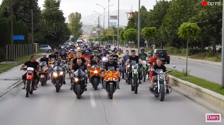 (видео) Мото дефиле низ Кичево: Моторџиите 7-ми пат го виореја македонското знаме под Китино кале