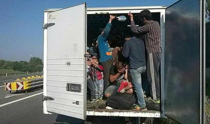УШТЕ ЕДНА РЕПРИЗА: МВР откри 94 мигранти во камион на патот Радовиш – Штип, а возачот и совозачот пак побегнале
