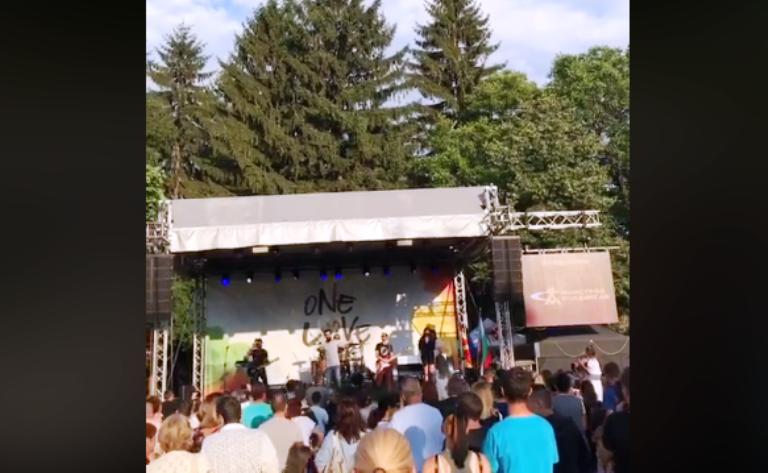 """(видео) Некст тајм во Пиринска Македонија: """"Нешто ќе те питам бабо"""" ја запали публиката во Банско"""