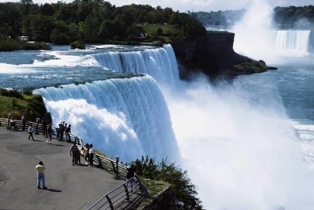 Канада: Жив и здрав по скок од 50 метри во Водопадите на Нијагара
